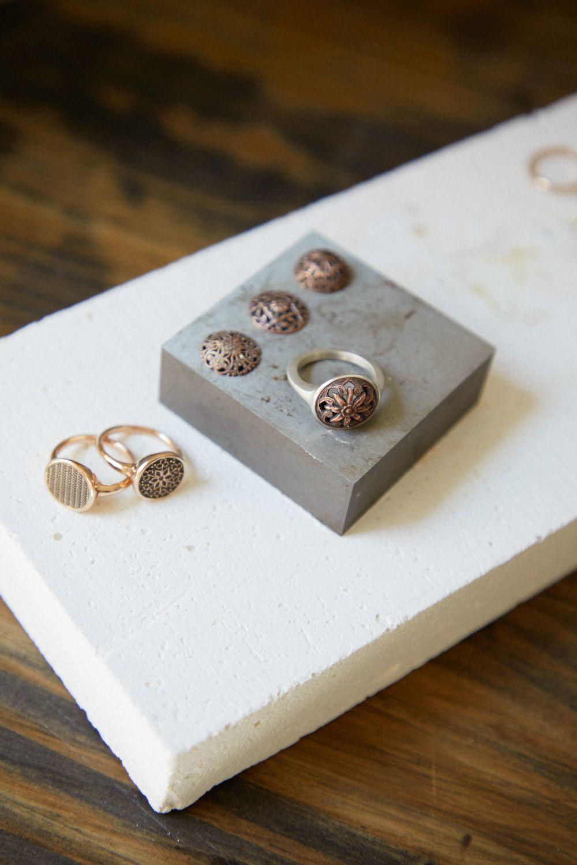 Sellos y anillos de Mademoiselle Coline, en su taller en Barcelona.