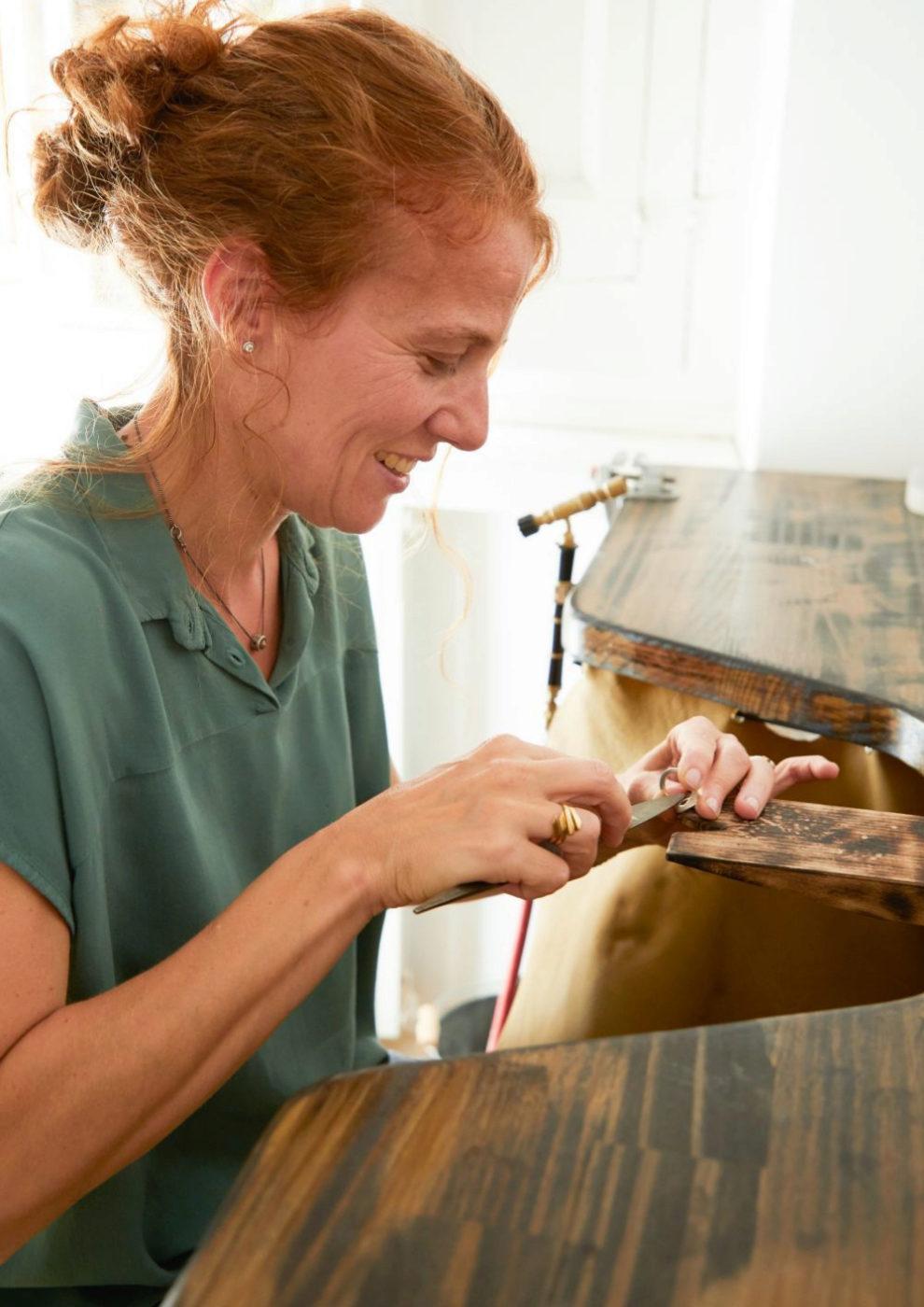 Marta Puig, Mademoiselle Coline, trabajando en su taller.