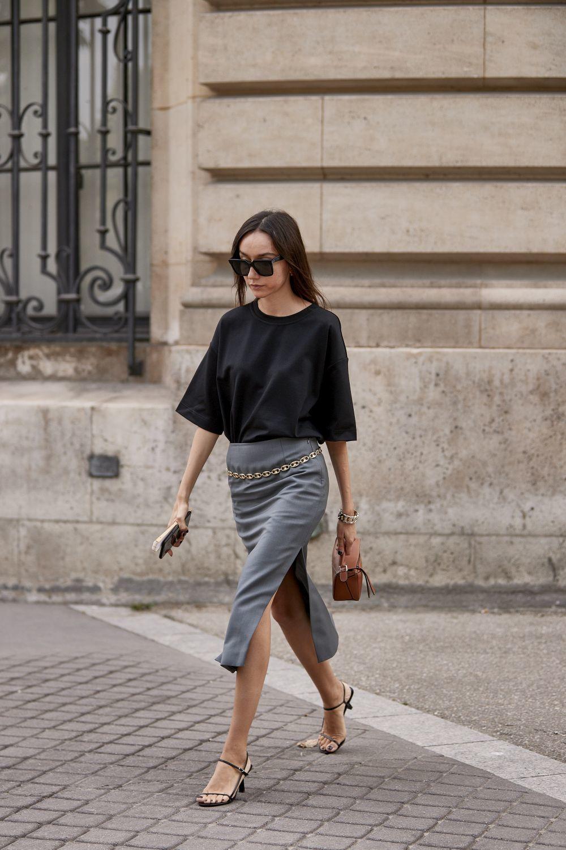 Apuesta por una sencilla camiseta y una falda midi para un look de...