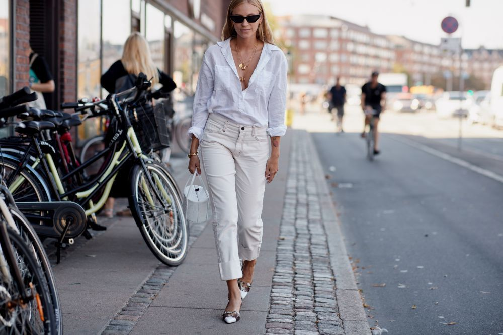 Los jeans blancos se posicionan como una de las prendas clave de la...