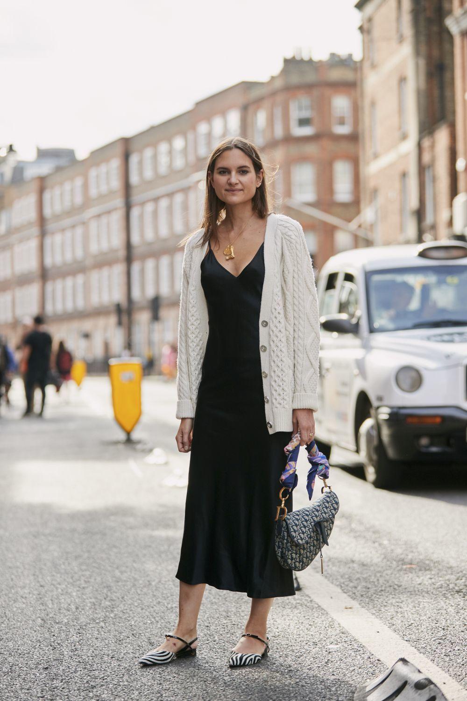 El vestido lencero también se suma al territorio de looks de oficina.