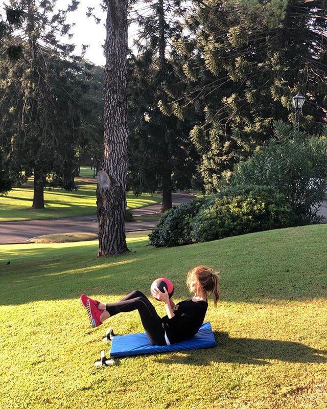 Juliana Awada practicando abdominales.