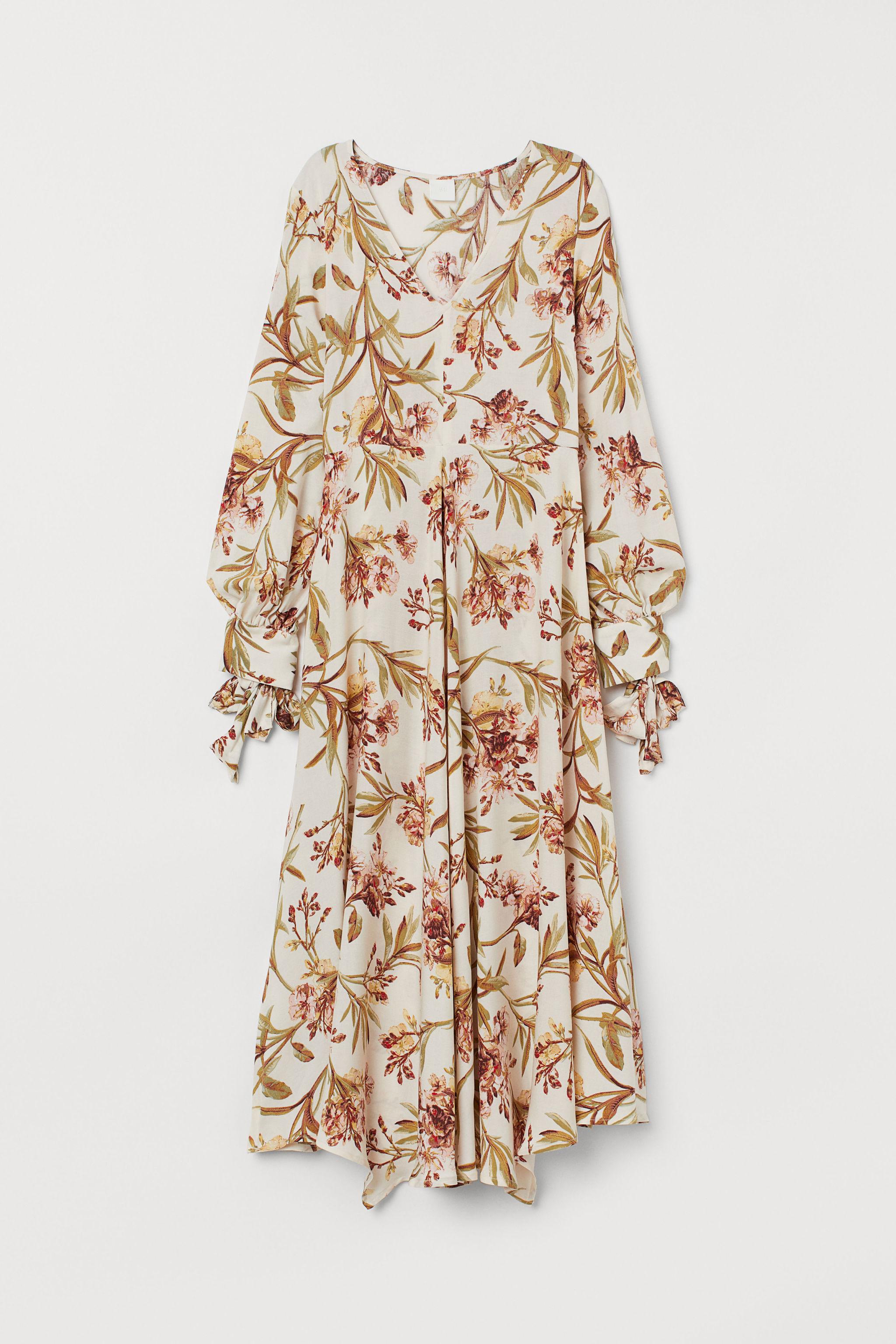 Vestido con escote de pico, de H&M (29,99 euros).