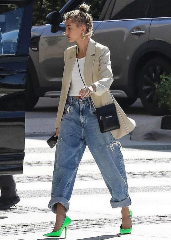 Hailey Baldwin con slouchy jeans