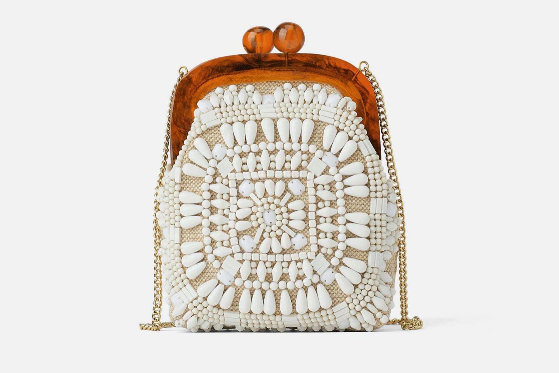 Bolso de abalorios, de Zara (29,95 euros).