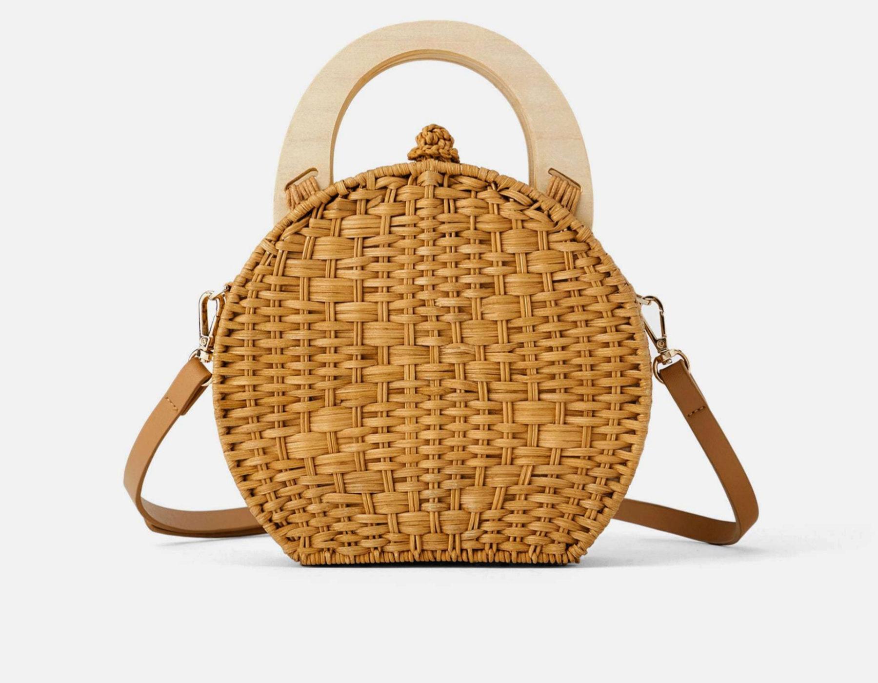 Bolso de mimbre, de Zara (29,95 euros).