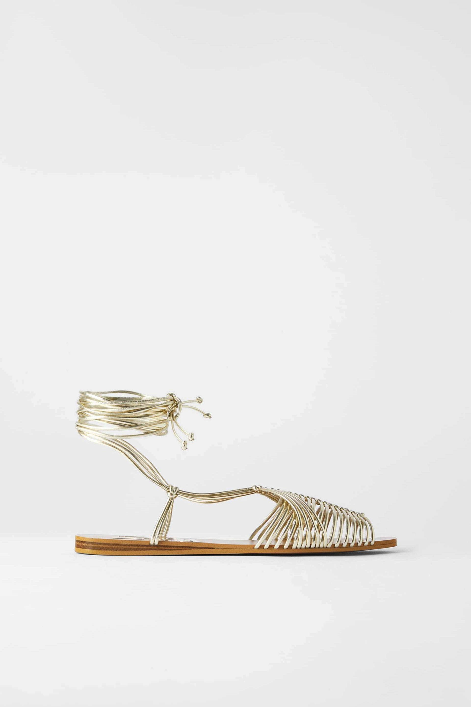 Sandalias metalizadas atadas al tobillo de Zara (29,95¤)