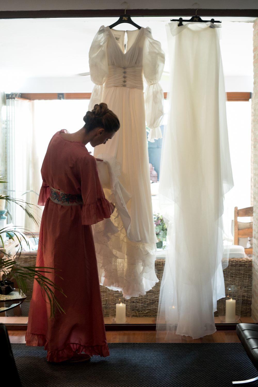 Alejandra en su casa de Sevilla con el vestido de novia que le hizo...