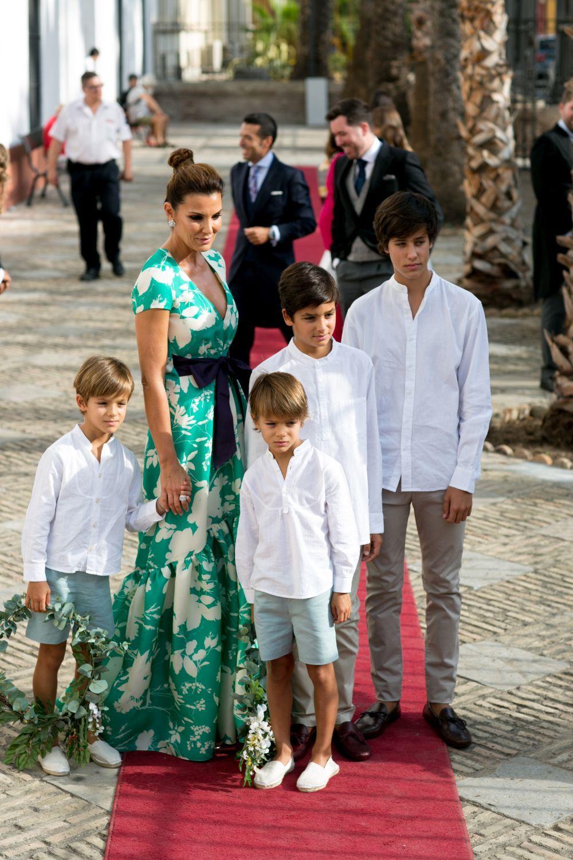 Mar Flores, tía de la novia, con vestido de Jorge Vázquez, con sus...