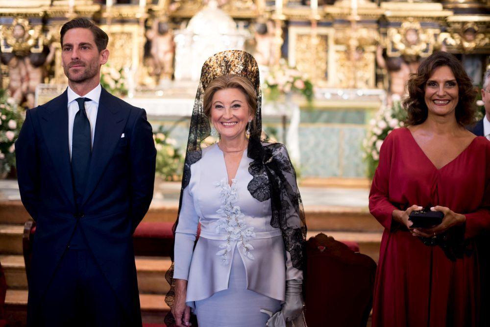 El novio, la madrina y la madre de la novia, con un diseño rosa de...