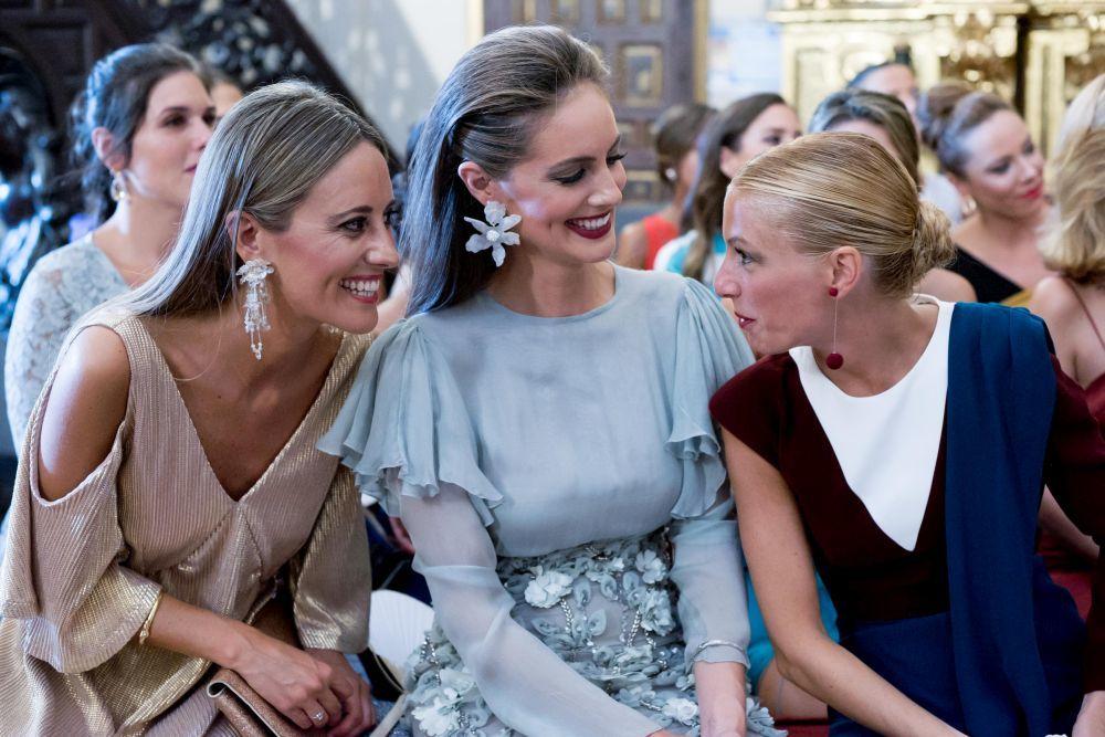 Las cuñadas de la novia, Elena, vestida de Intropia y Ana, de...