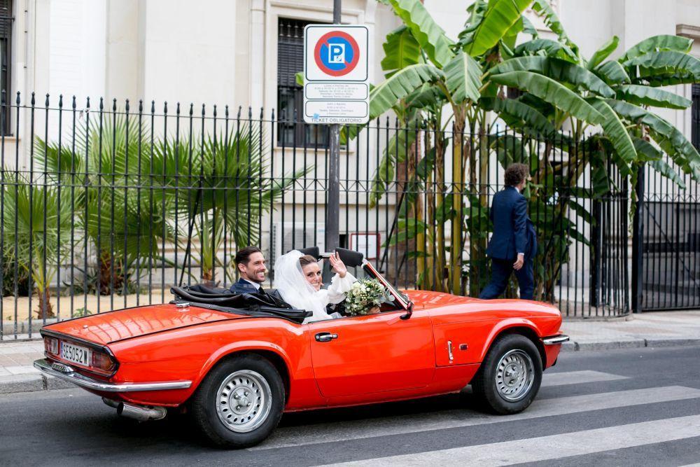 Los novios en el coche camino de la Hacienda de Los Molinillos.