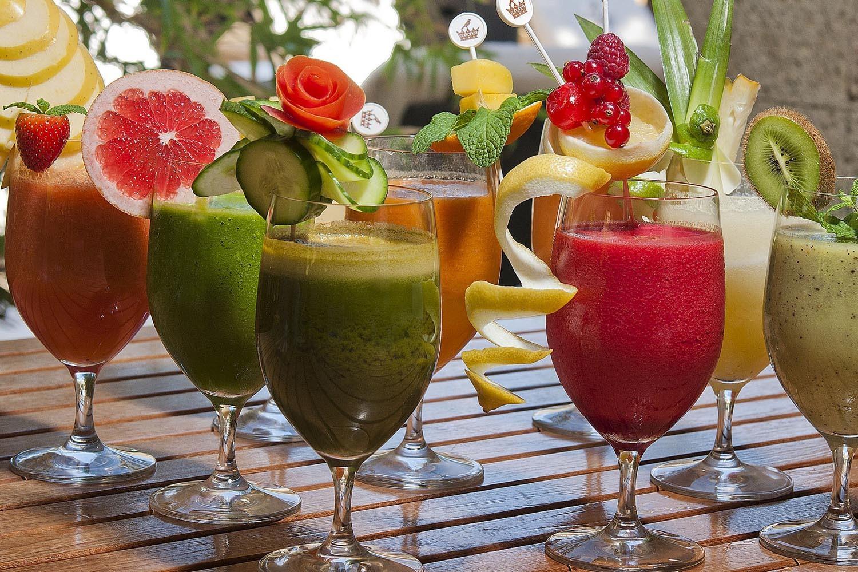En tu dieta de verano no pueden faltar las frutas de temporada como la sandía, los pomelos, el melocotón, la piña o los frutos rojos. Así conseguirás los antioxidantes que tu piel necesita para hacer frente a los daños del sol.