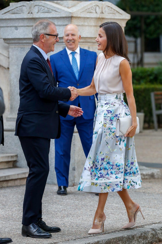 La reina Letizia rescata su falda floral de Adolfo Dom