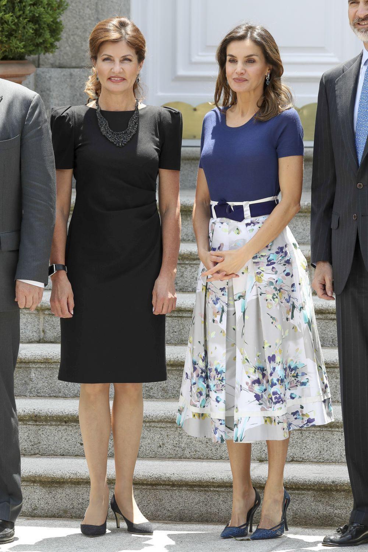 La reina Letizia con la misma falda, combinada de forma muy distinta,...