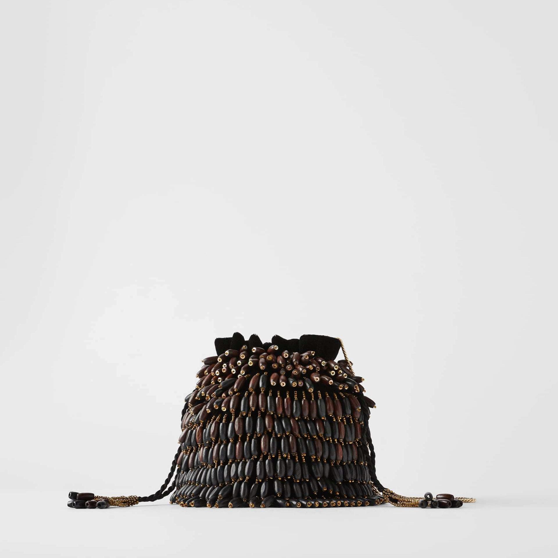 Bolso limosnera con detalles de madera de Zara (39,95¤)
