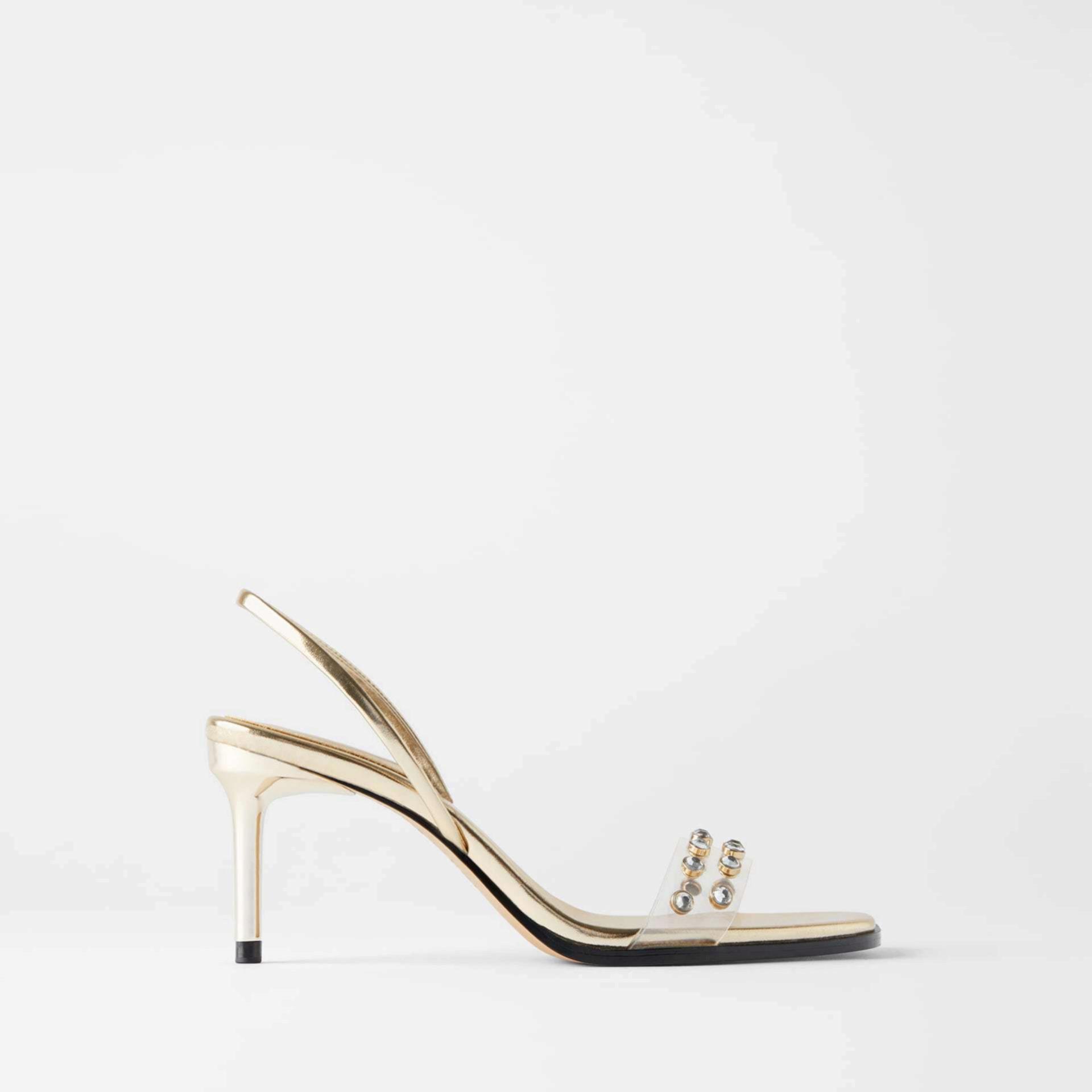 Sandalias doradas con detalles de plástico y pedrería de Zara (39,95¤)