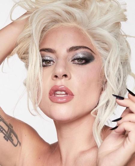 Lady Gaga con los productos de su línea de belleza, Haus...