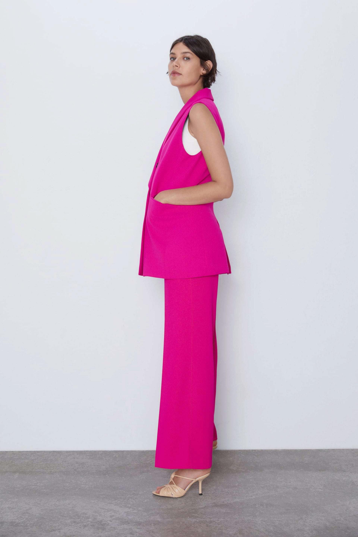 Un total look en rosa coronado con un chaleco