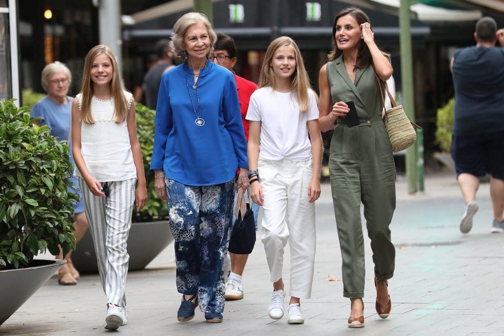 La reina Letizia con su suegra y sus hijas en Palma de Mallorca.
