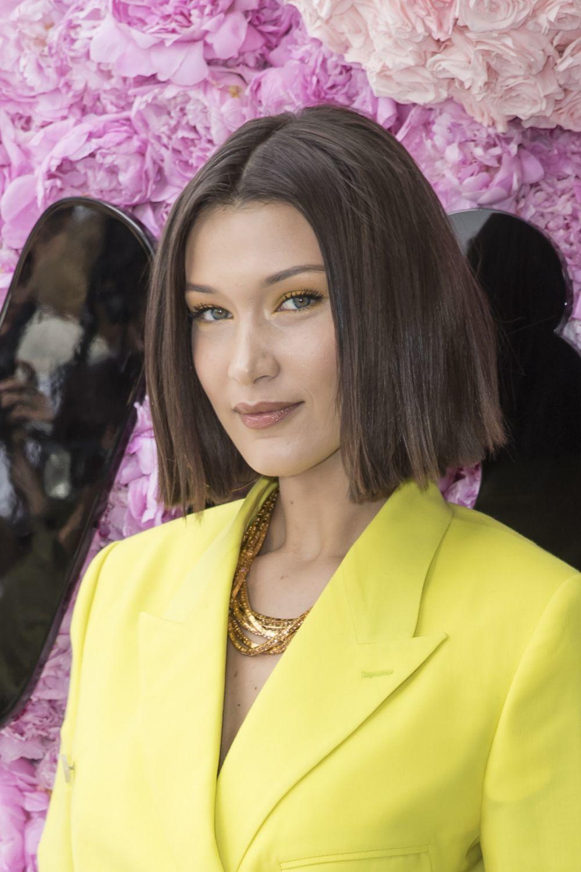 Bella Hadid con total look amarillo con eyeliner y sombras en esta...