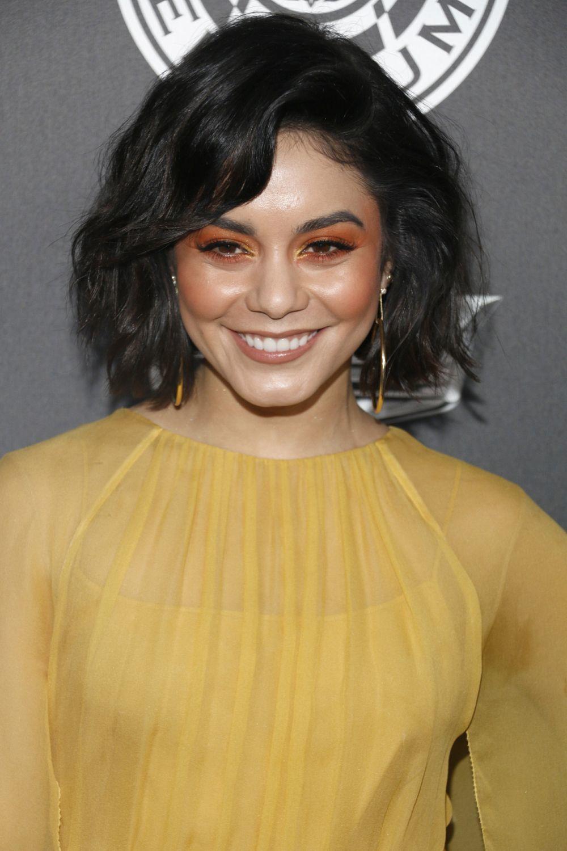 Vanessa Hudgens con sombras de ojos naranjas y lagrimal extraluminoso...