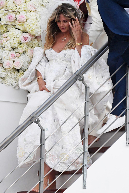 Los volúmenes han protagonizado el vestido de novia de la modelo.