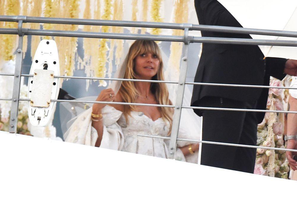 Detalle frontal del peinado de novia con melena suelta con flequillo...