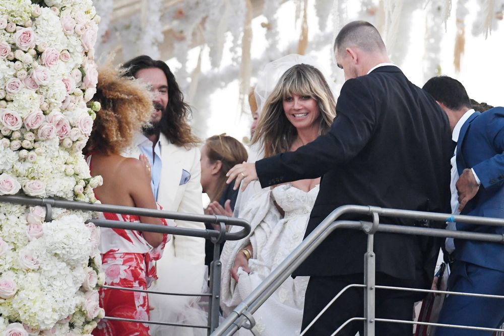 El color y el brillo de la melena de la novia junto con el flequillo...