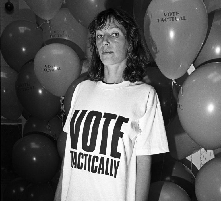 La diseñadora Katharine Hamnet con una de sus camisetas
