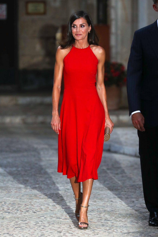 Doña Letizia, muy elegante, con un vestido rojo.