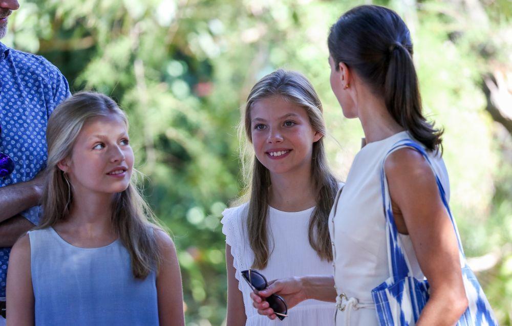 Doña Letizia conversa con sus hijas.