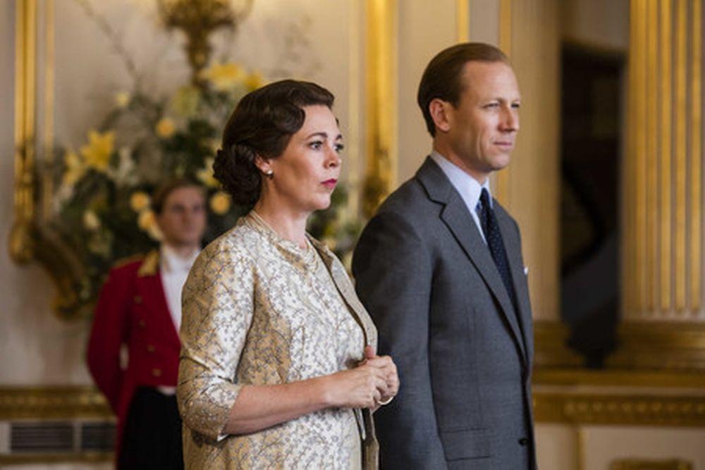 Olivia Colman y Tobias Menzies interpretándo a la monarca y el rey...