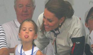 La princesa Charlotte saca la lengua a los asistentes a la regata...