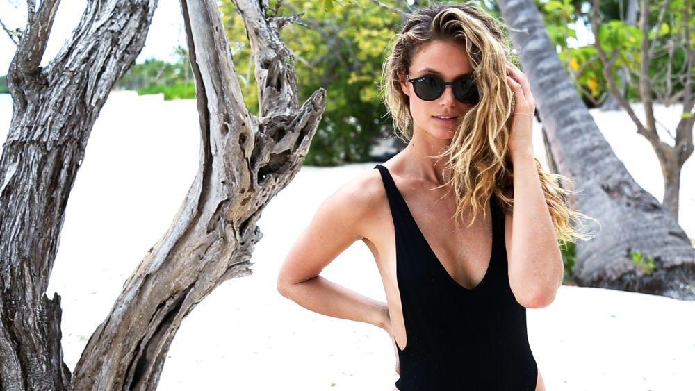 Lavar el pelo a diario y usar acondicionador son gestos fundamentales para combatir el encrespamiento en verano.