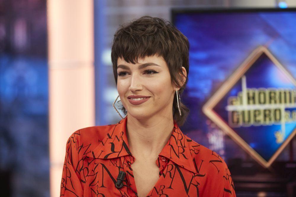 """La actriz en """"El Hormiguero"""" luciendo un corte de pelo mullet y..."""
