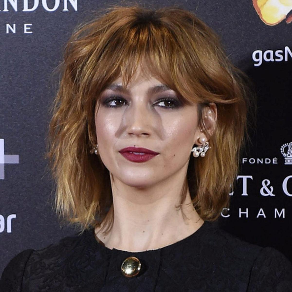 Úrsula Corberó luciendo un corte de pelo swag en tono cobrizo.