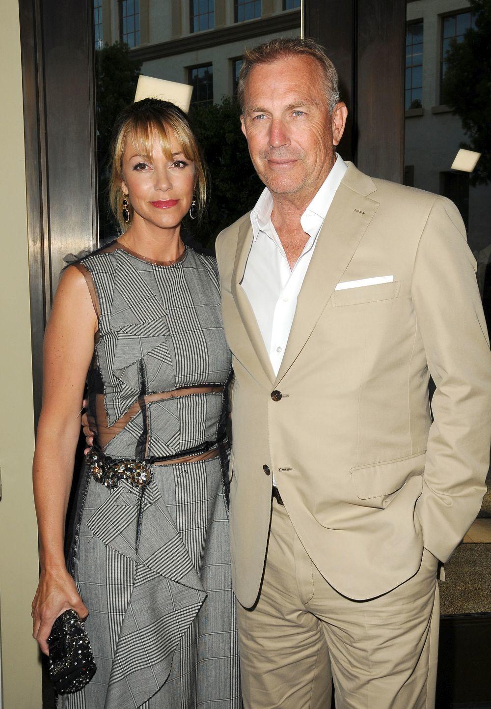 Actor Kevin Costner y sumujer, Christine Baumgartner