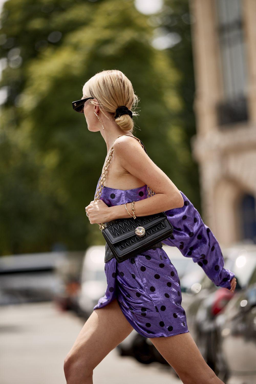 Apuesta este verano por un vestido de escote asimétrico.