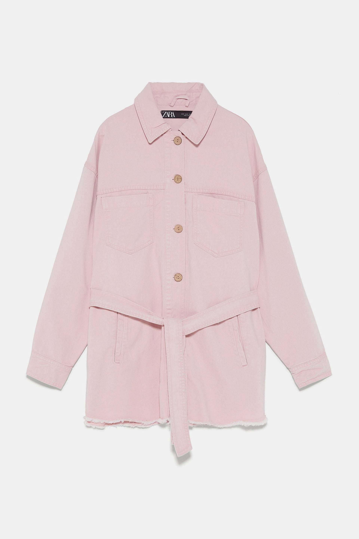 Chaqueta con cinturón en rosa empolvado de Zara