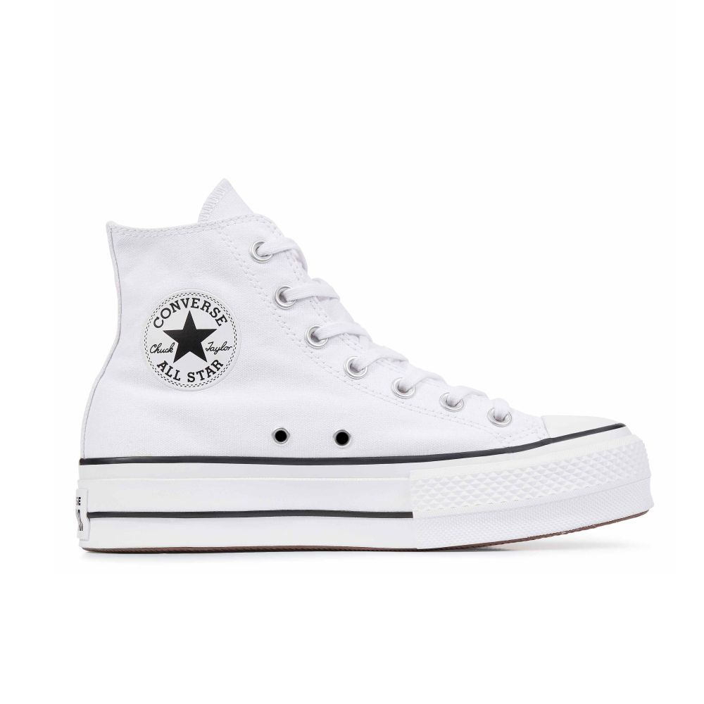 Zapatillas Converse blancas con plataforma.