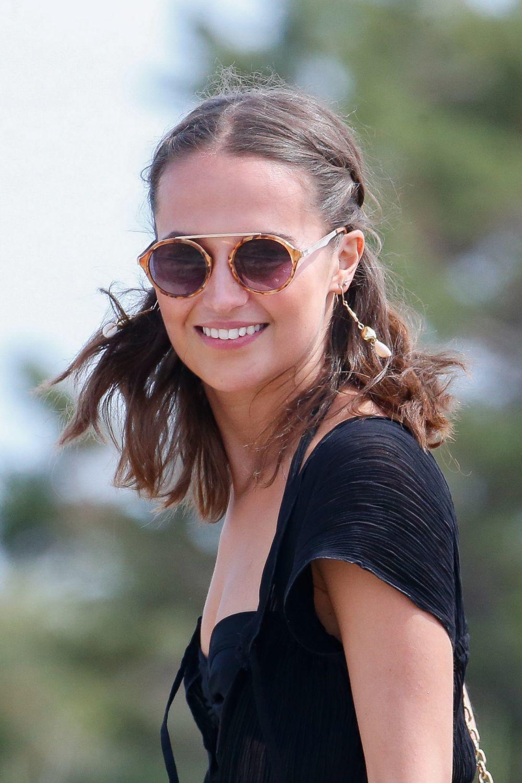 Alicia Vikander con dos trenzas boho y raya en medio y ondas surferas...