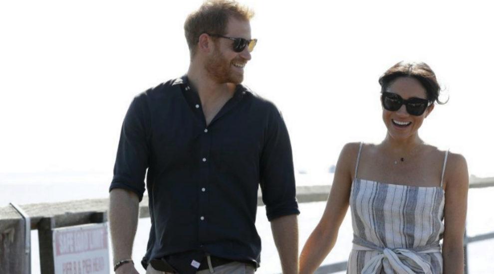 Meghan y Harry pasean por la playa.