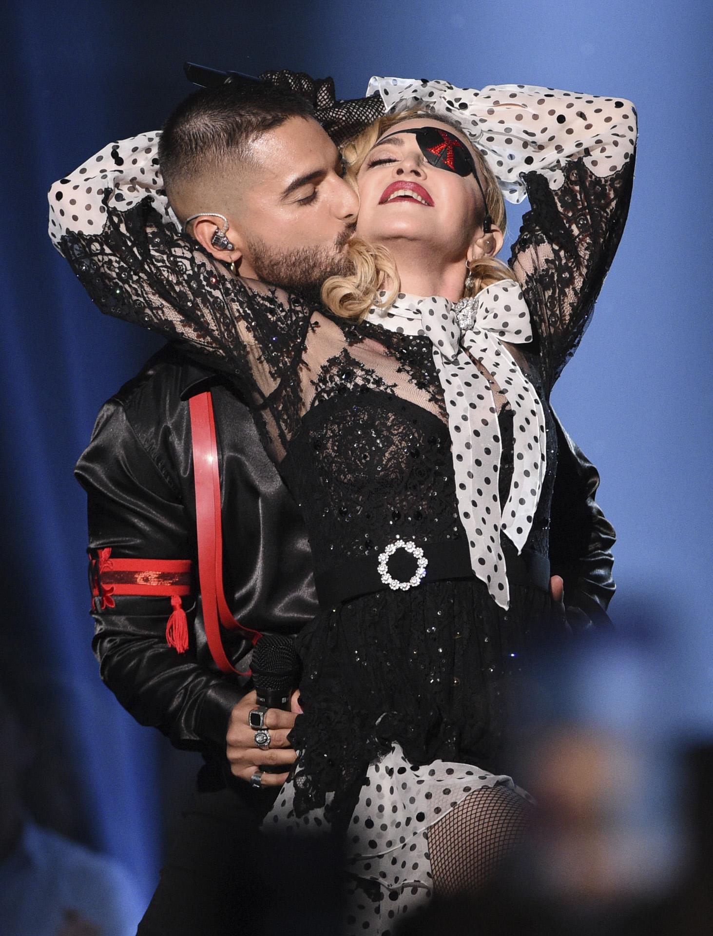 Madonna junto a Maluma, en una actuación, con evidente gesto sensual.