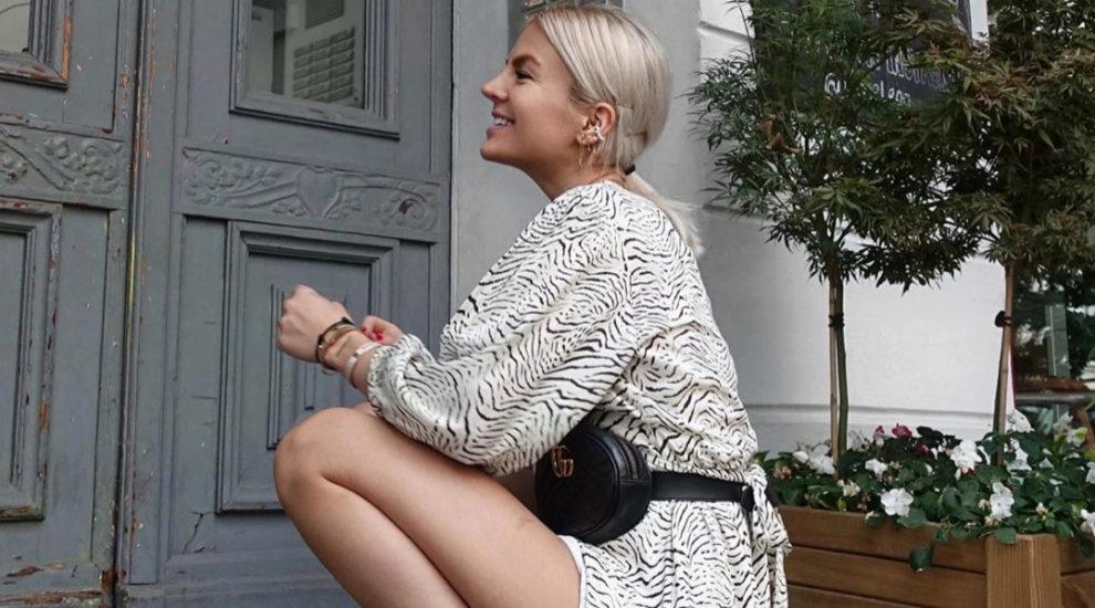 Marina Ilic posa con su cinturón bandolera de Gucci