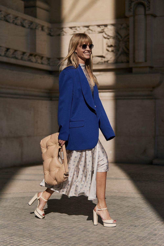 Jeanette Madsen apuesta por un bolso acolchado para completar su outfit.