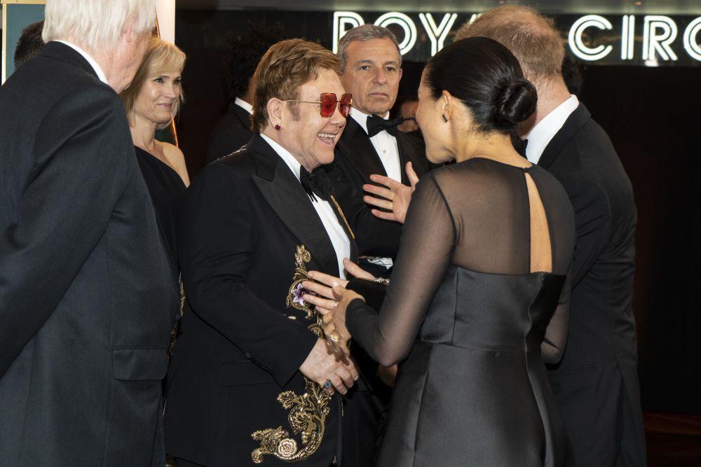 """Los Duques de Sussex saludan a Elton John en el estreno de """"El Rey León"""""""