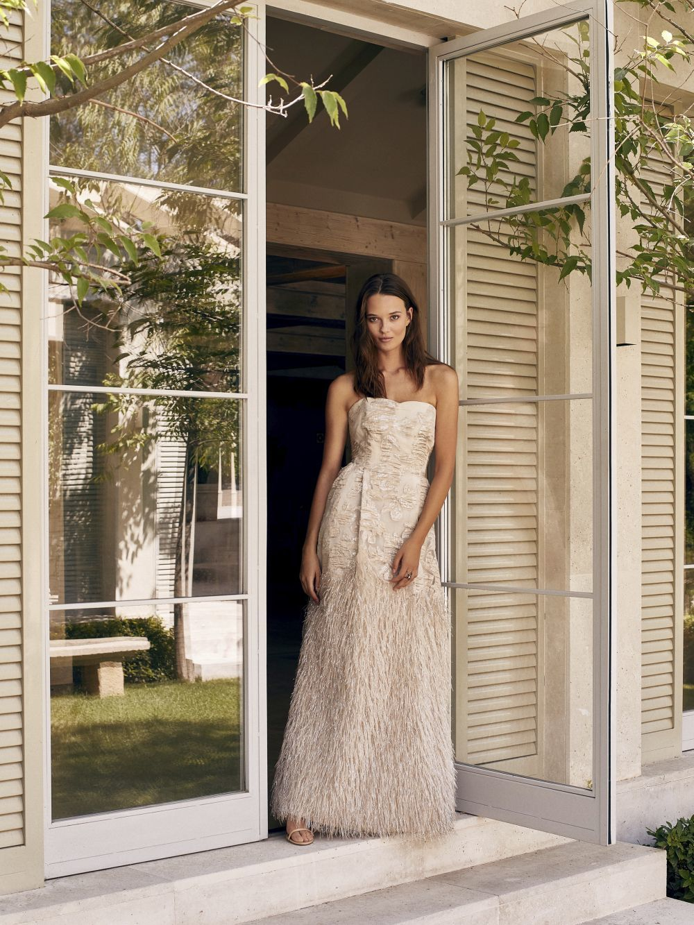 Vestido de jacquard con plumas (499 euros). Todo de Woman Fiesta El...