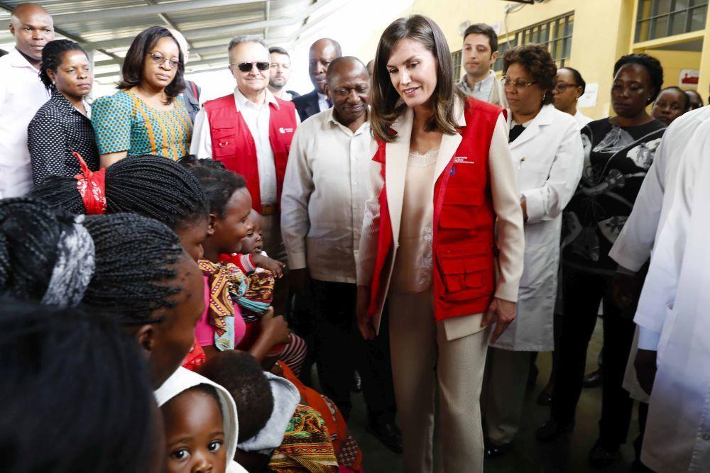 Doña Letizia en su viaje de cooperación a Mozambique.