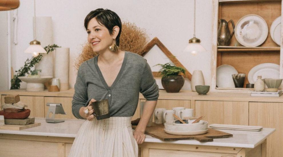 Candela Madaria en su taller de cerámica con con falda, Cortana,...